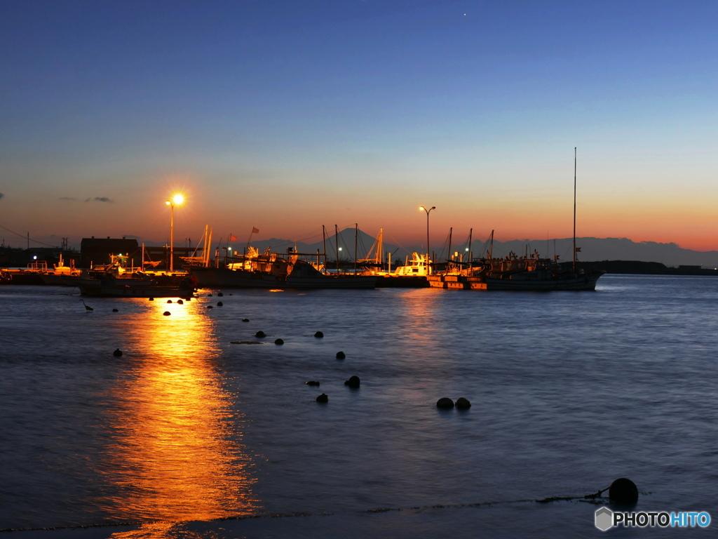 夏の夕景・・港に浮かぶ光と影たち