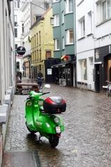 雨とスクーター