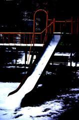 雪と滑り台