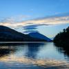 朝の山と湖