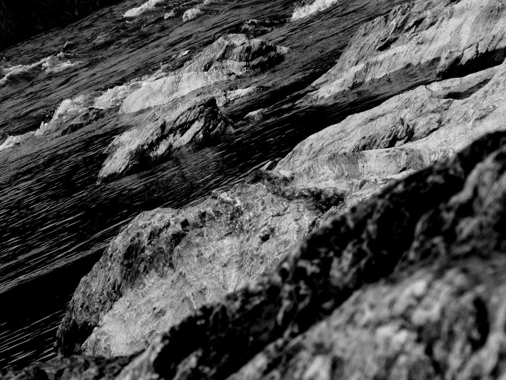 岩越しの岩。