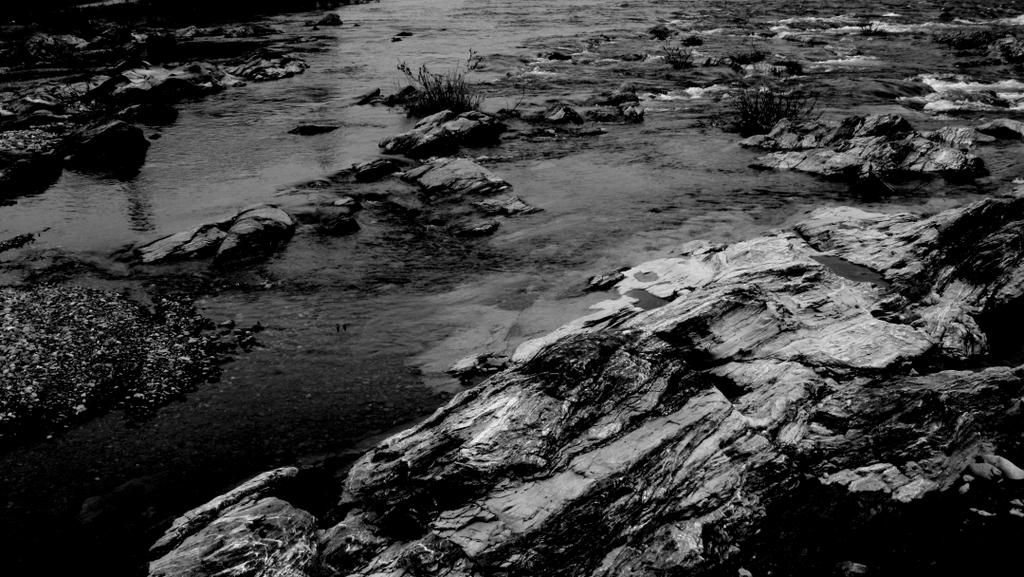 モノクロ浅瀬。