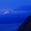 夕闇に浮かび上がる富士