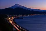 夜明けの富士と光跡