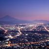 灯り残る街と富士