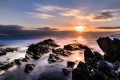 夕日を浴びる岩礁