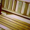 木製ベンチ。