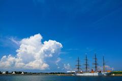 青い空、白い雲、そして海王丸…