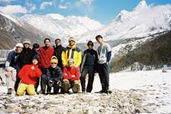 エベレストをバックに旅の間に会った仲間たちと