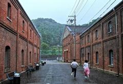 驟雨の赤レンガ倉庫