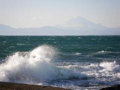 波しぶきにけむる富士