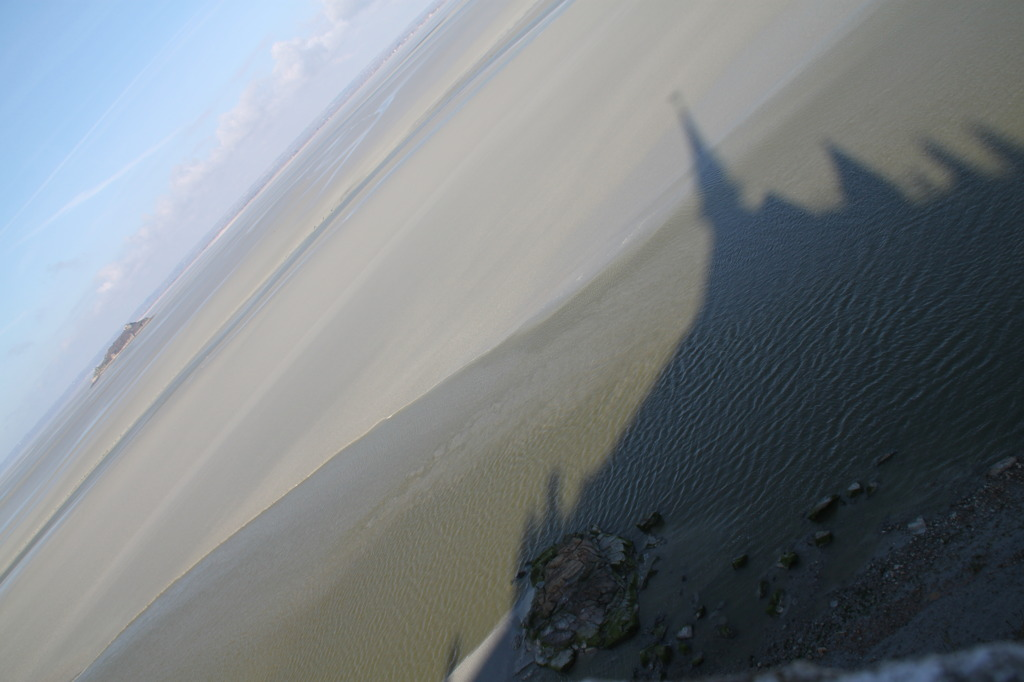 修道院と干潟と影