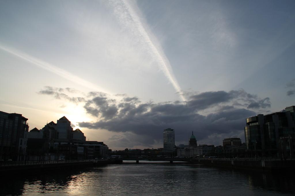 消え行く飛行機雲