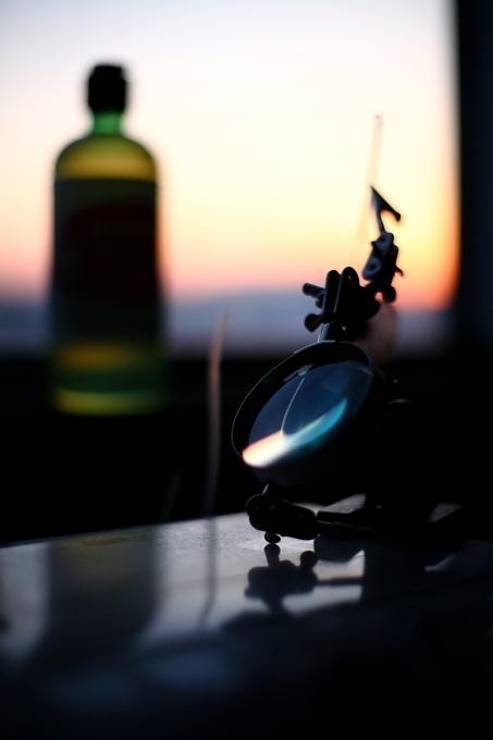 黄昏時の窓辺