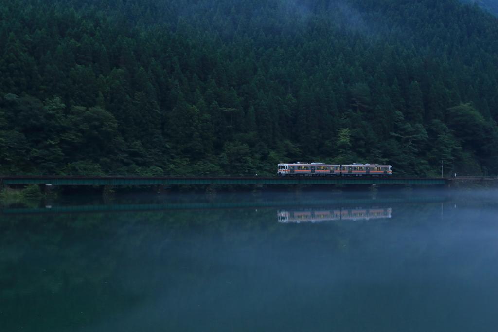 川霧の中を走る