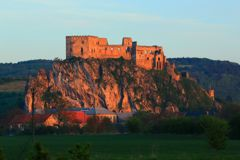 夕日に浮かぶ古城