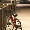 夜の港の自転車