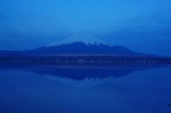 逆さ富士 蒼いろのなかに うかびおり