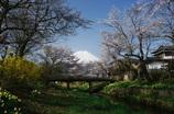 光さし 忍野の里に 春は来ぬ