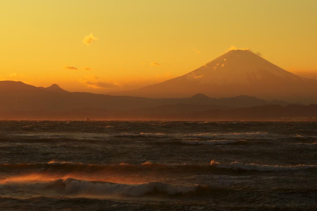 富士憧憬Ⅺ(荒ぶる海に)