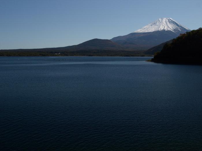 本栖湖の静寂と富士
