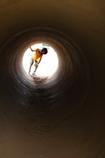 トンネルの向こうから