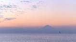 秋空に霞む富士