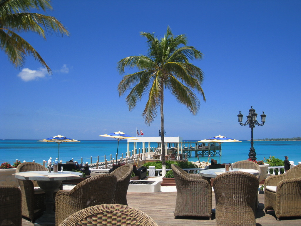 ホテルのBARから見える青い海