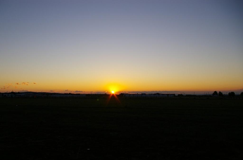 草原に昇る朝日