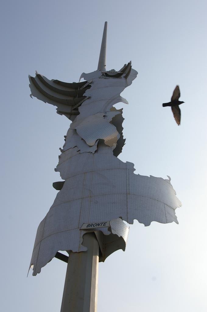 オブジェを横切る鳥