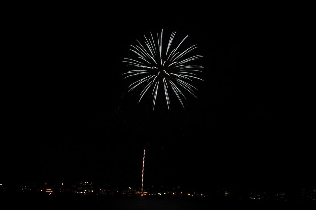 湖岸からの花火