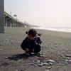 海岸で石拾い