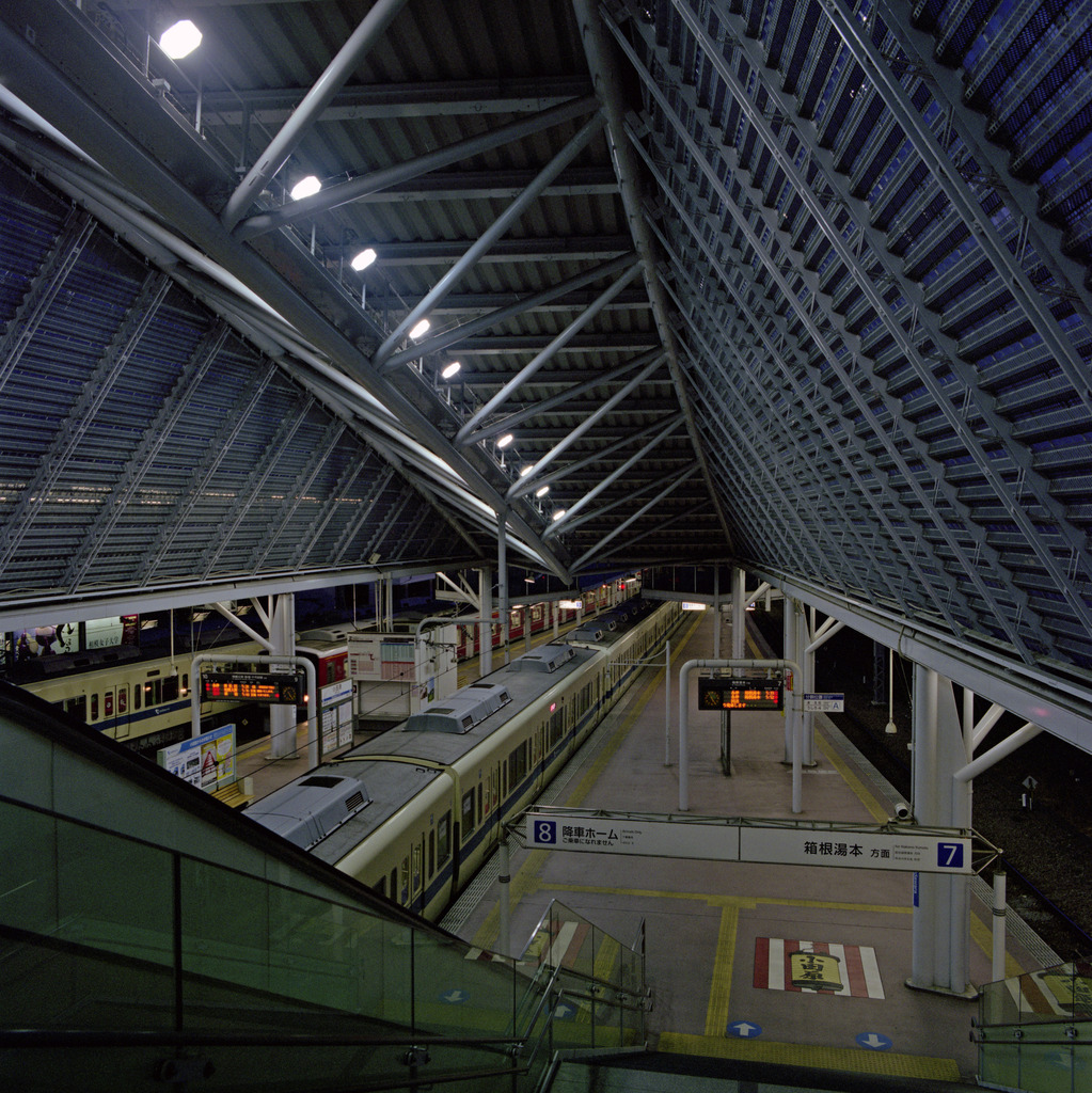 早朝の小田急小田原駅