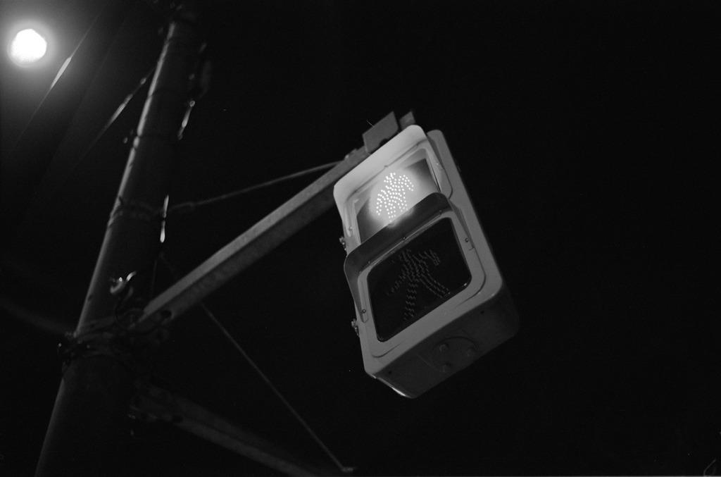 夜の歩行者信号
