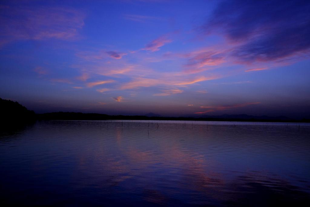 群青の湖面