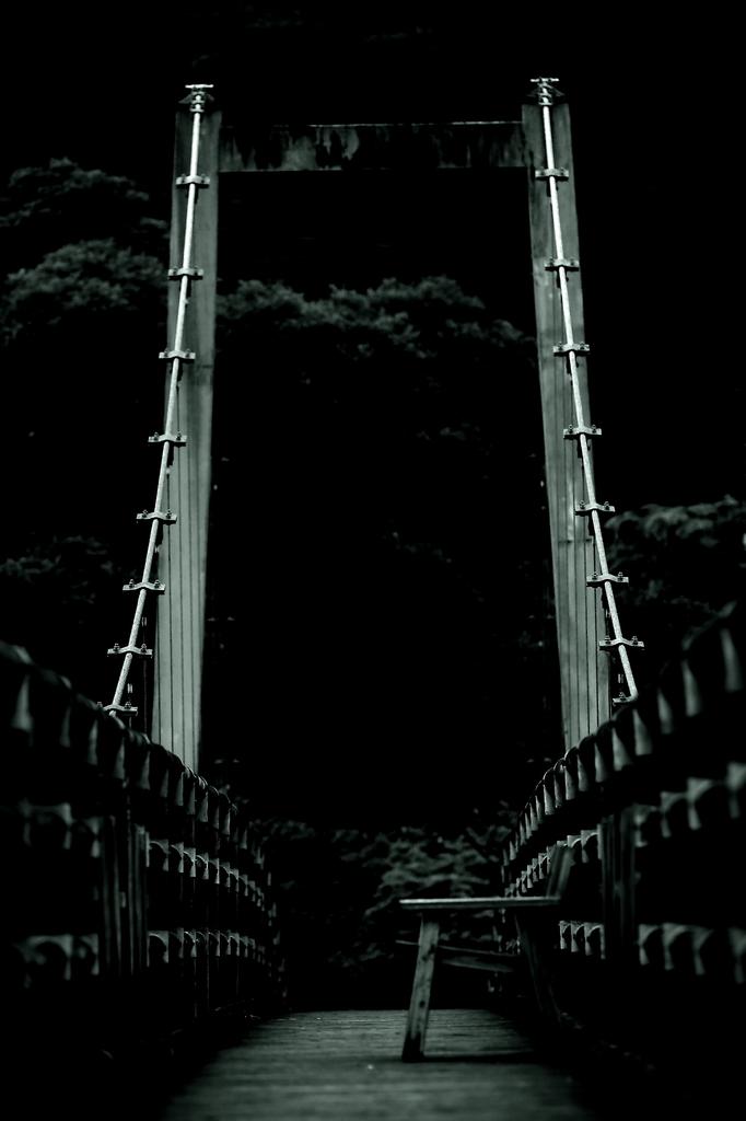 橋の上のベンチ