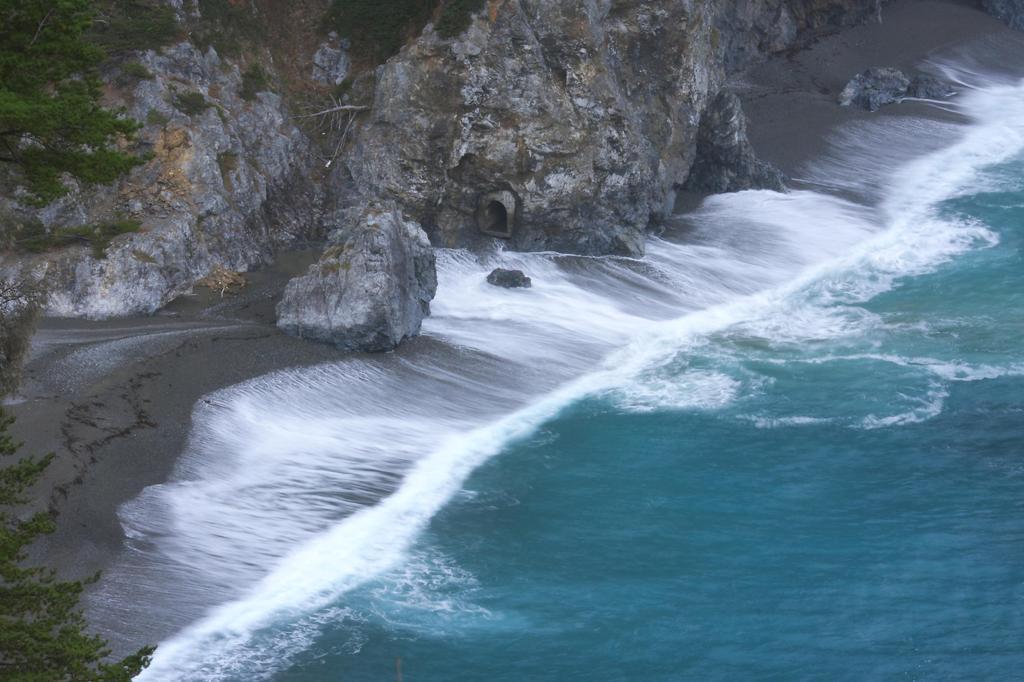 絶壁に迫る波