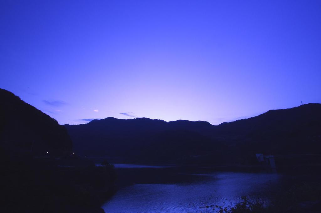 夜明け前のダム湖
