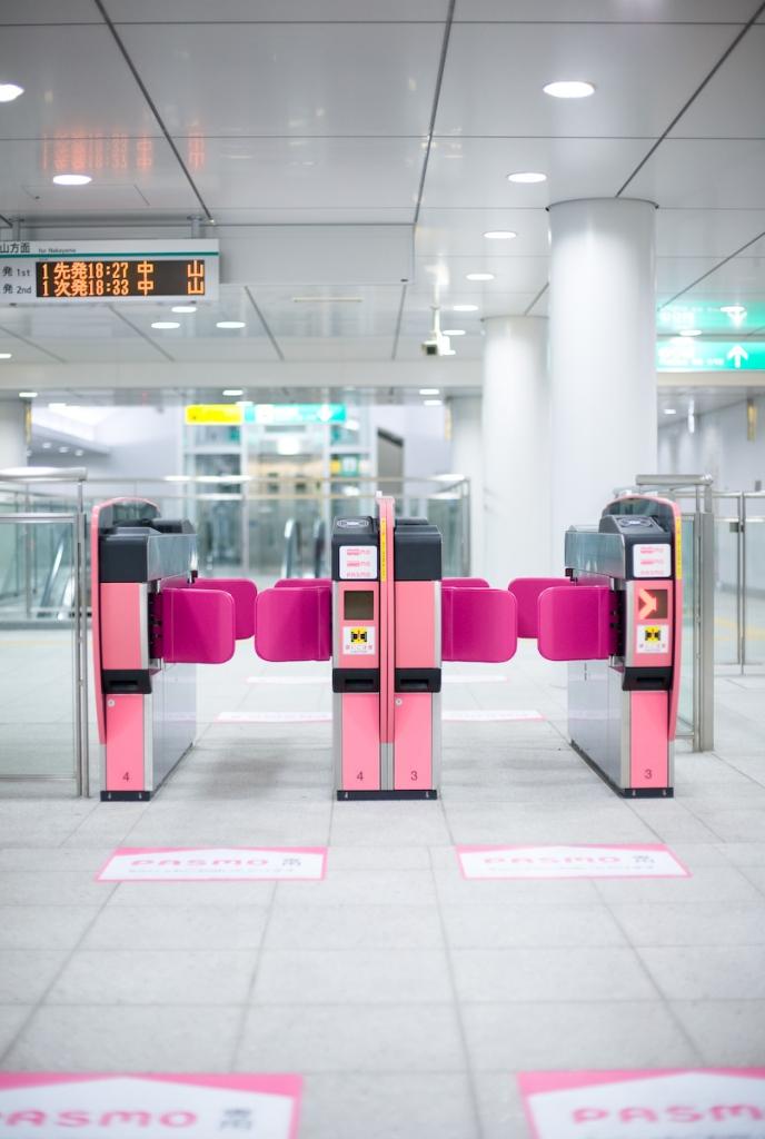 新しい駅・無人の空間で