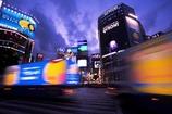 夕暮れ渋谷に車が走る