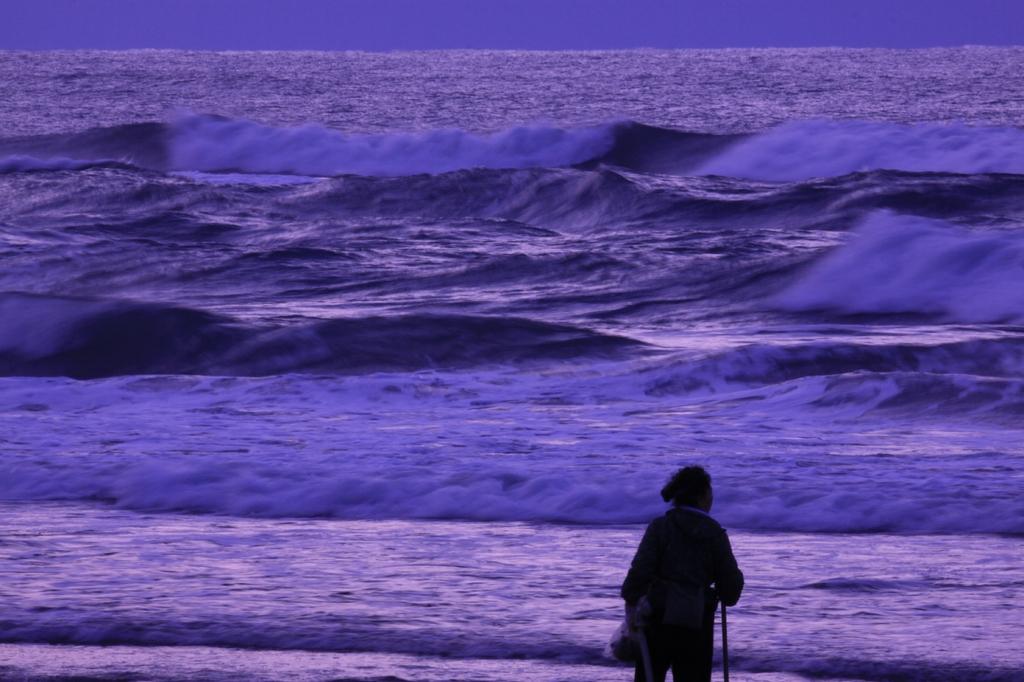 荒れる海を眺め