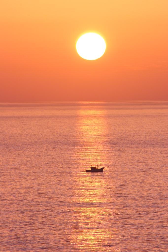 光の線と船