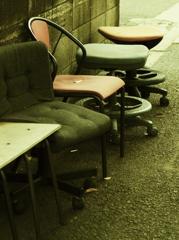 バス停の椅子たち