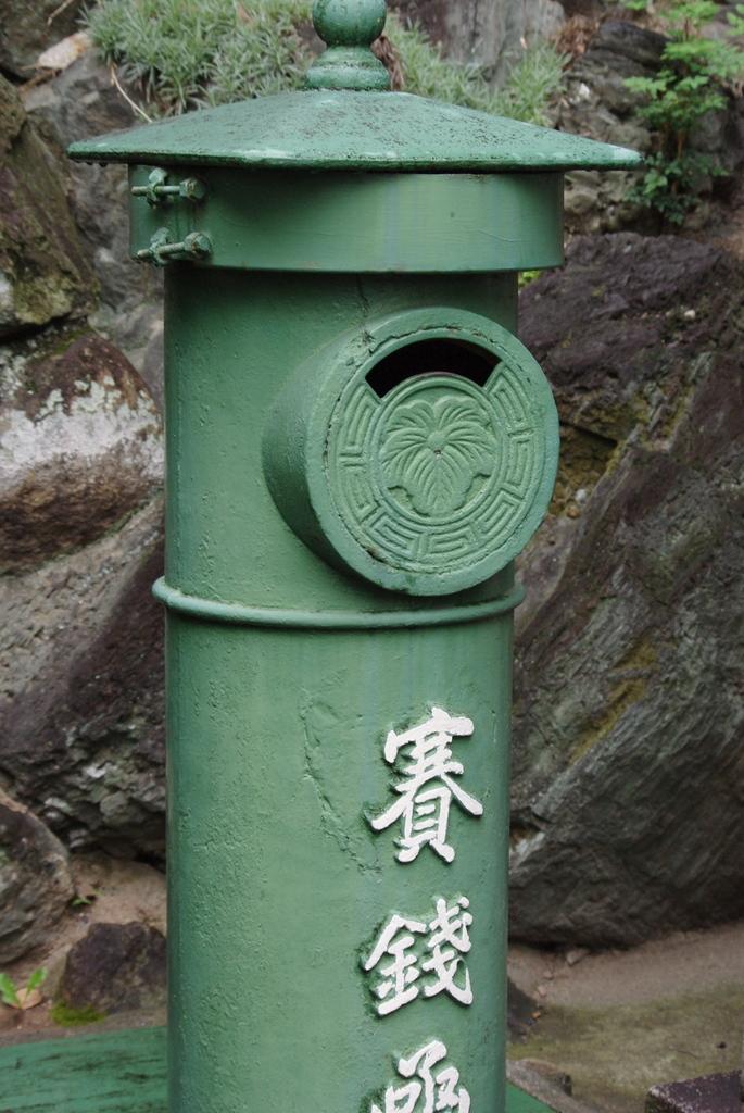 緑のポスト型賽銭箱