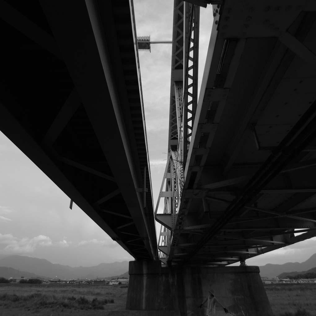 下から見上げた橋(モノクロ)
