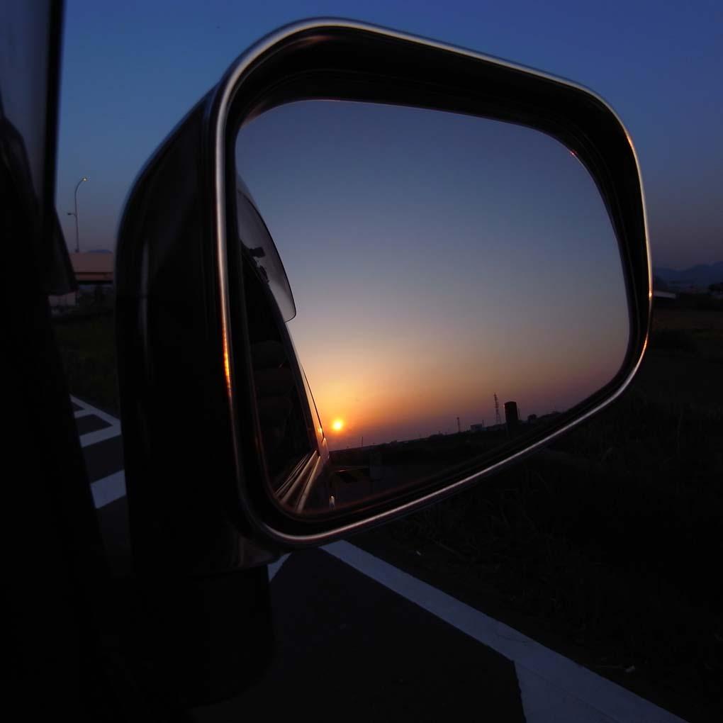 バックミラーに沈む夕日