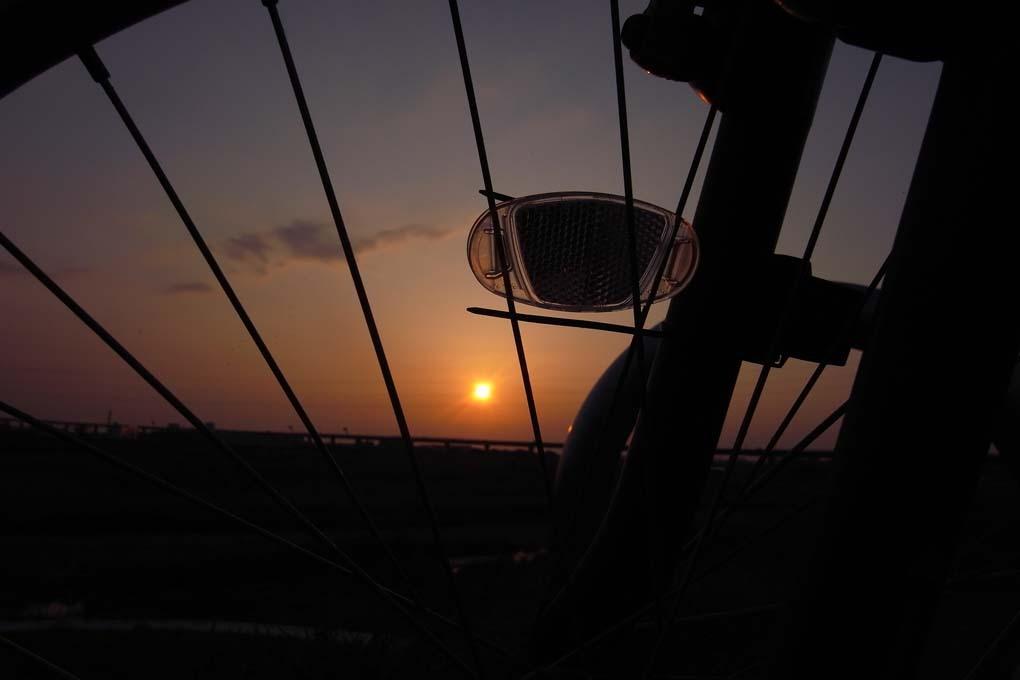自転車の向こうの夕日