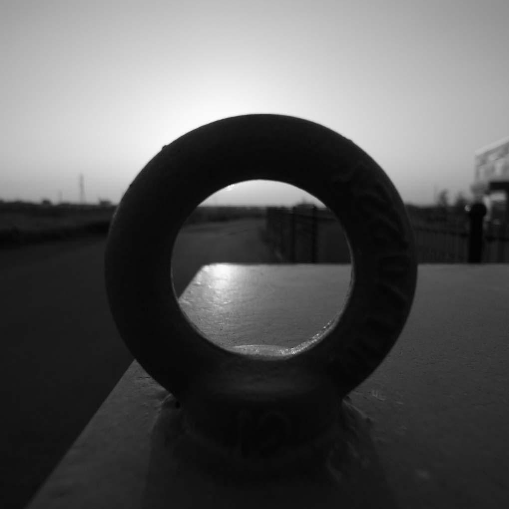 輪の向こうの夕景(モノクロ)
