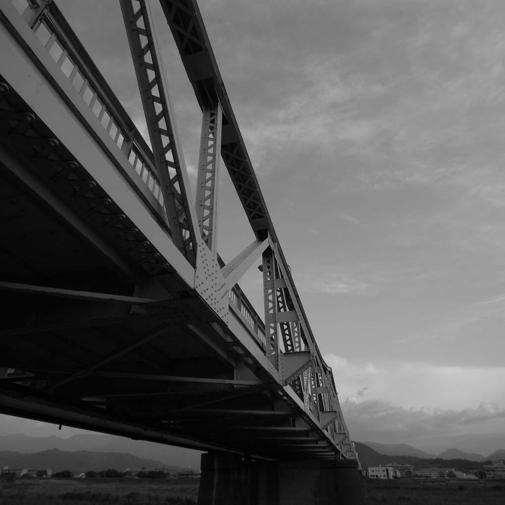 右下から見上げた橋(モノクロ)