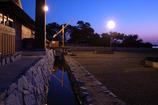 海の近くにある夕景